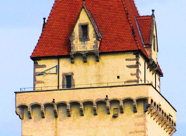 Freistadt: Westseite des bergfrieds mit der kleinen Belüftungsöffnung des Abtritts und der vermuteten Austrittsöffung des Schachtes direkt darunter