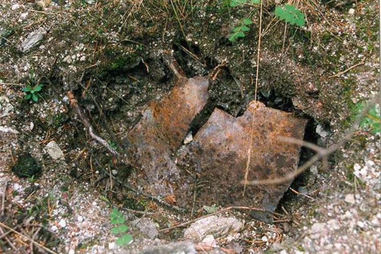 Kienburg: In den Burgfelsen gepresster Rest einer Fliegerbombe