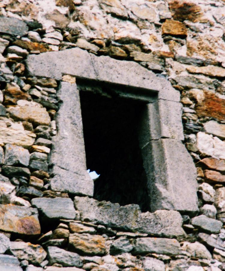 Kienburg: spätgotisches Rechteckfenster an der Hofseite des Festen Hauses