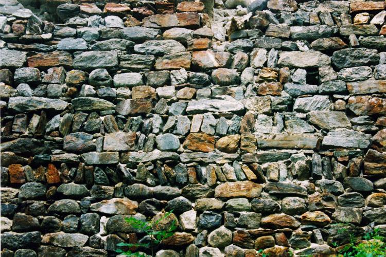 Kienburg: Mauerwerk an der westlichen Ringmauer