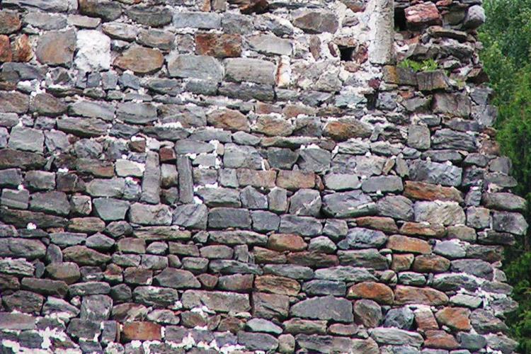 Kienburg: Mauerwerk und vermauerter lichtschlitz an der Ostsseite des Festen Hauses