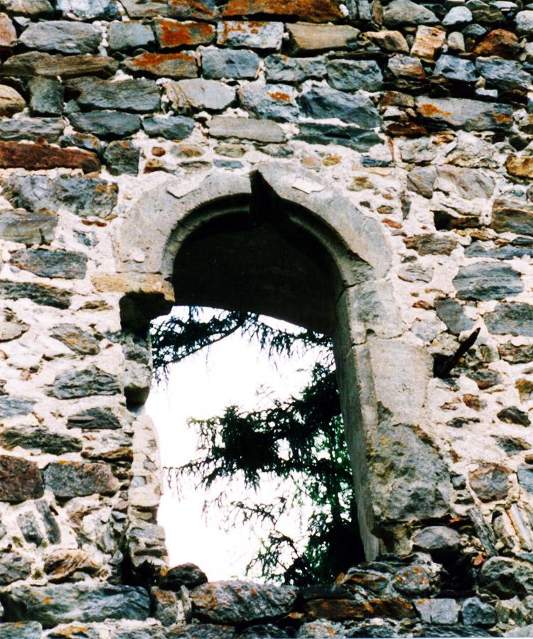 Kienburg: sekundär verbautes, gotisches Portal an der Hofseite des Festen Hauses (Foto 1999)