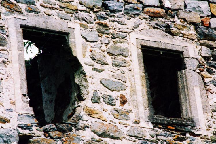 Kienburg: gotische Rechteckfenster an der Hofseite des Festen Hauses (Foto 1999)