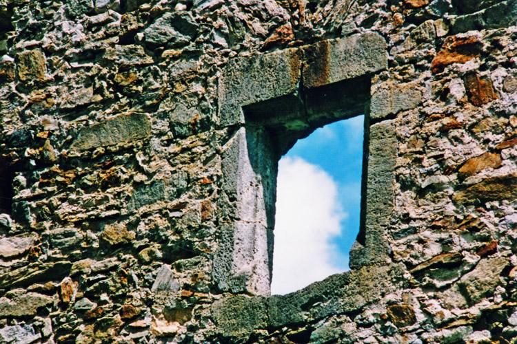 Kienburg: Ostturm, Rechteckfenster zum Hof im 1. Obergeschoss