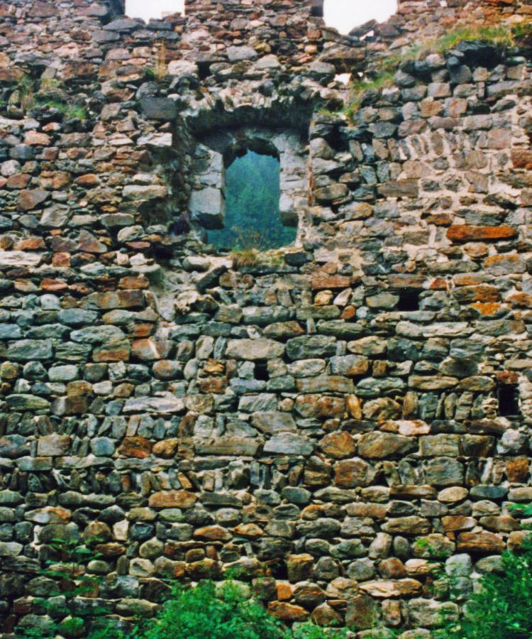 Kienburg: westliche Ringmauer mit Sitznischenfenster ohne Gebäude