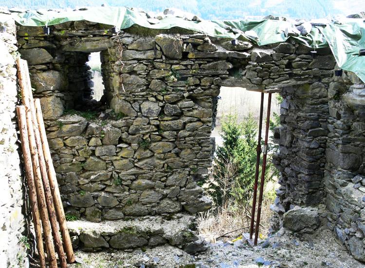 Klause Reitthal 2007 war der Türsturz gebrochen und mußte im Rahmen der Restaurierungsmaßnahmen unterstellt werden