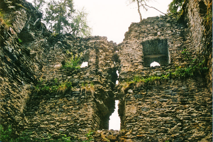 Klausegg: Die nördliche Schmalseite vor der Restaurierung (Foto 1998)