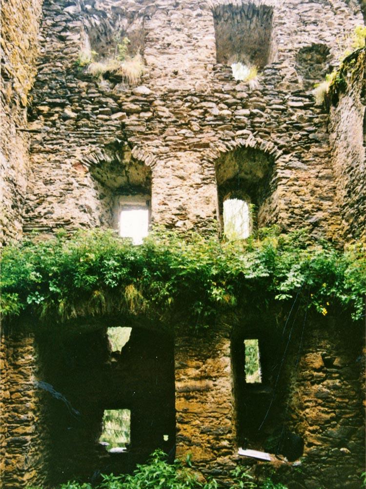 Klausegg: Mittelflur, Talseite. Im Erdgeschoss links der vermauerte Hocheinstieg