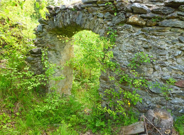 Leobenegg: Mauerwerk und Türöffnung in der Mittelwand