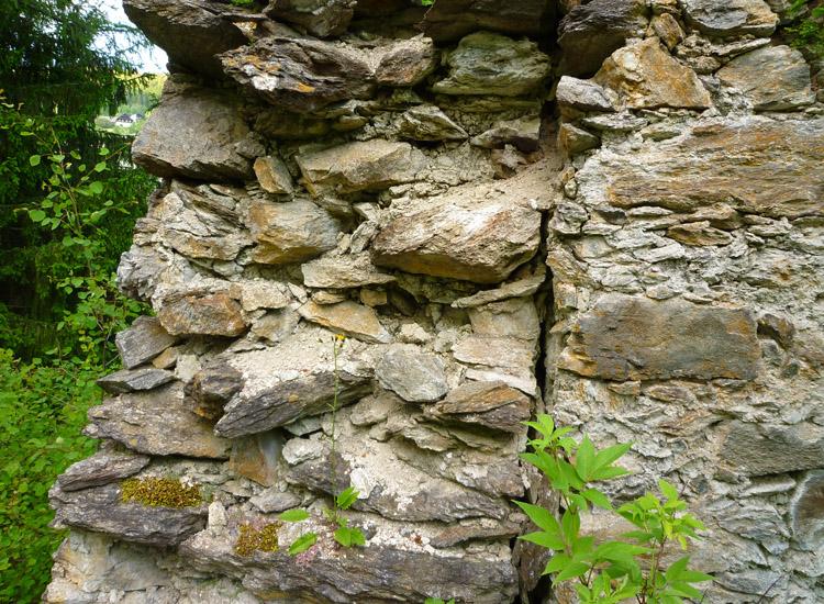 Leobenegg: Baufuge zwischen nördlicher Ringmauer (links) und Mittelwand