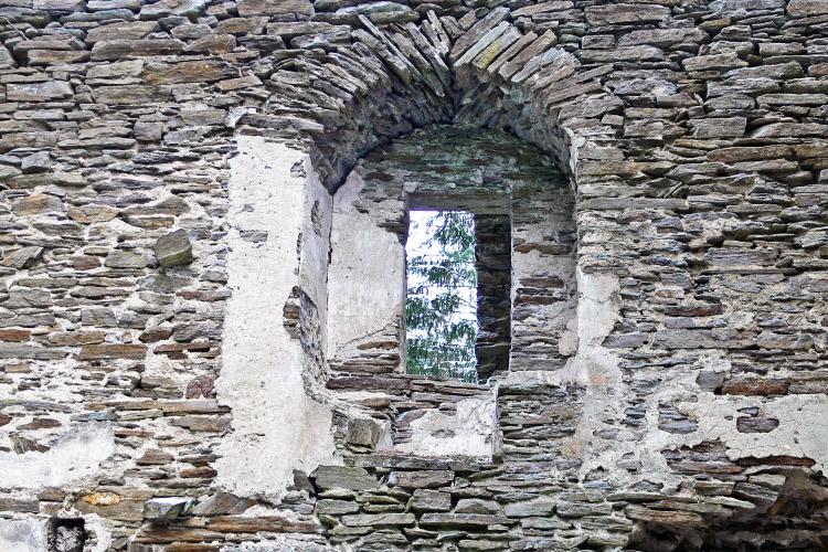 Neu-Leonroth: Sitznischenfenster im 1. OG des Wohnturms, links davon einzelner Stein zur Verzahnung der Quermauer