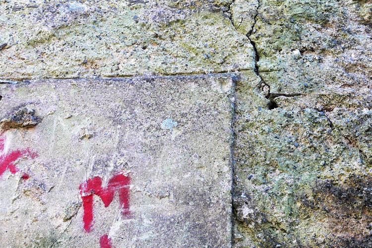 Neu-Leonroth: beschnittene Fasche am Wohnturm