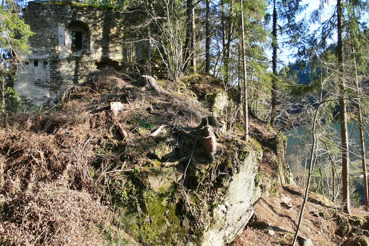 Neu-Leonroth: Der im Süden an die Schlucht grenzende Halsgraben, im Hintergrund der Wohntrakt