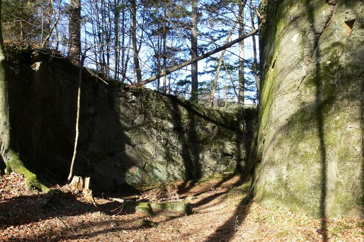 Neu-Leonroth: der aus dem Felsen gehauene Halsgraben