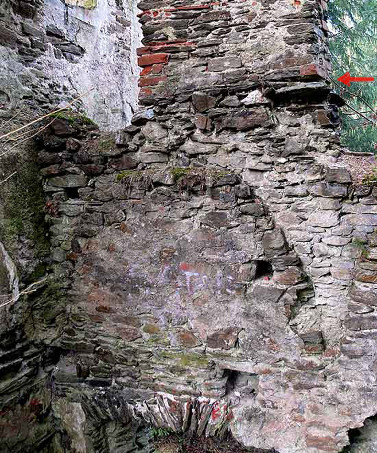 Neu-Leonroth: horizontale Baufuge der Aufstockung über der  Kapelle