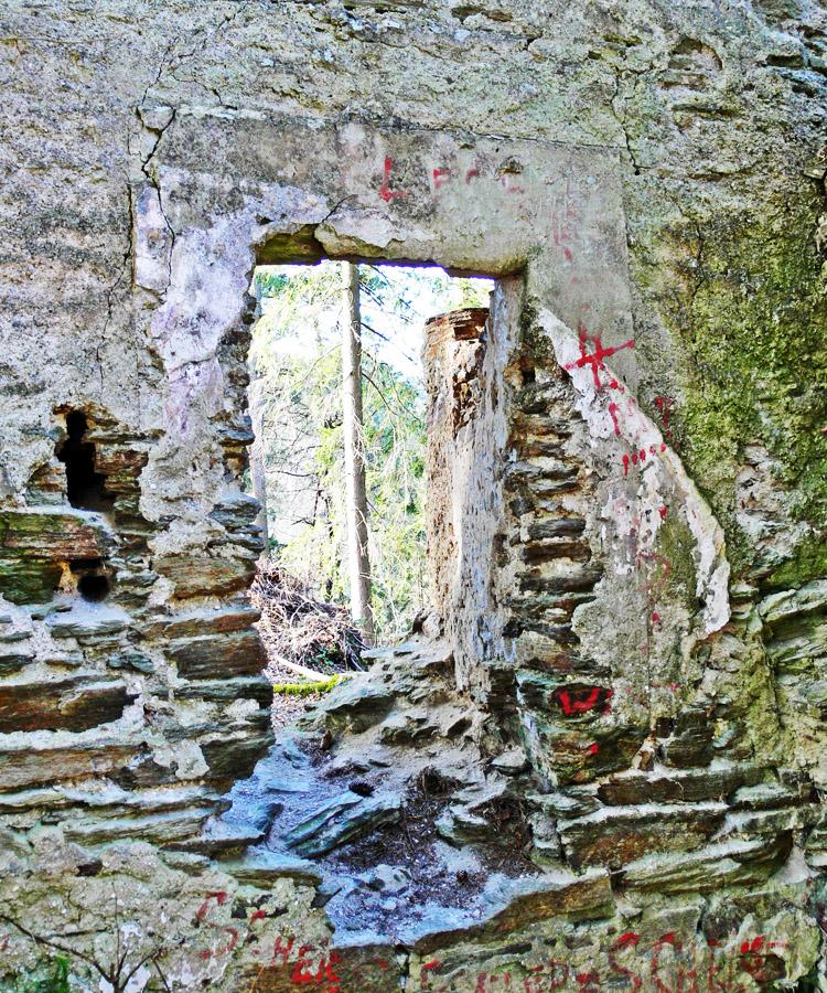 Neu-Leonroth: durch Kapellengewölbe verstelltes Fenster am Wohnturm, Erdgeschoss