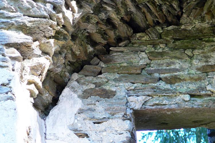 Neu-Leonroth: Baufuge im Fenster des Wohnturms