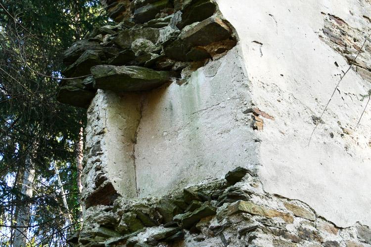 Neu-Leonroth: Rest eines Lichtschlitzes im Erdgeschoss des Wohnturms, Hofseite