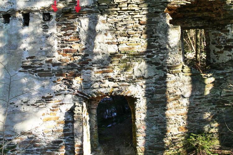 Neu-Leonroth: nicht verzahnte Quermauer im Erdgeschoss des Wohnturms