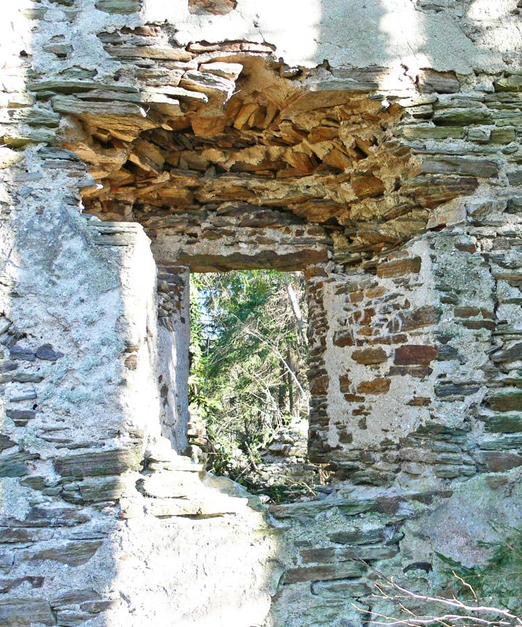 Neu-Leonroth: durch Kapellengewölbe verstelltes Fenster am Wohnturm, Innenseite, Erdgeschoss