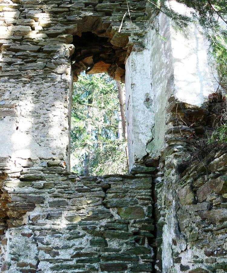 Neu-Leonroth: Baufuge zwischen Wohnturm (links) und Ringmauer (rechts) nur im Erdgeschoss