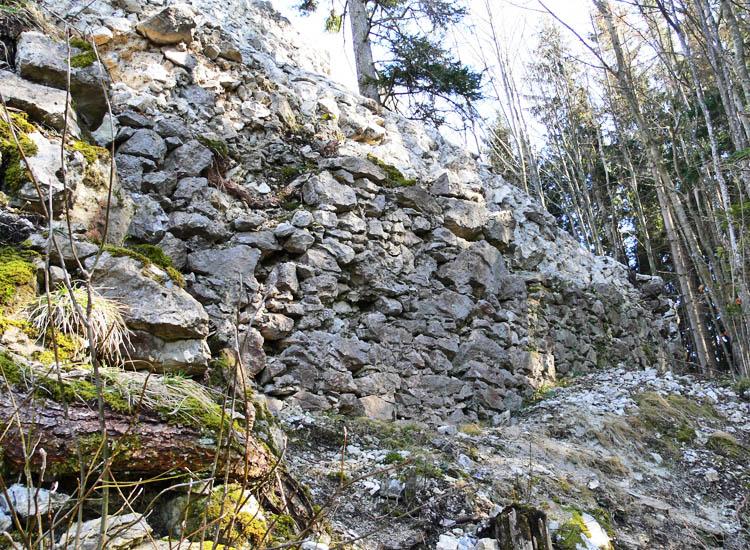 Mitterturm: verfallene Ringmauer an der Hangseite