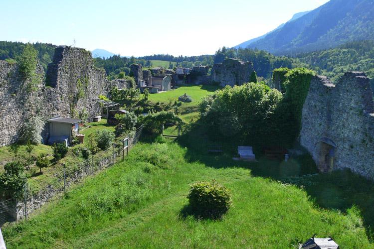 Plainburg: Burghof gegen Osten