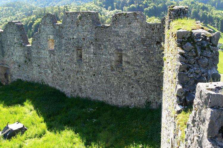 Plainburg: Südwestecke des Burghofs