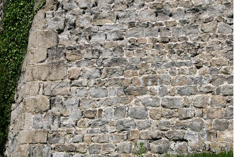 Plainburg: Mauerwerk mit Eckquaderung an der Südostecke der Kernburg