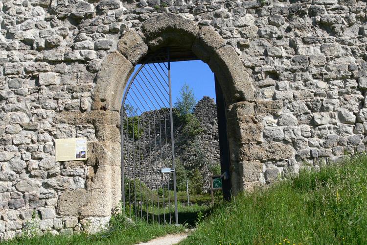 Plainburg: gotisches Burgtor an der Südseite der Kernburg