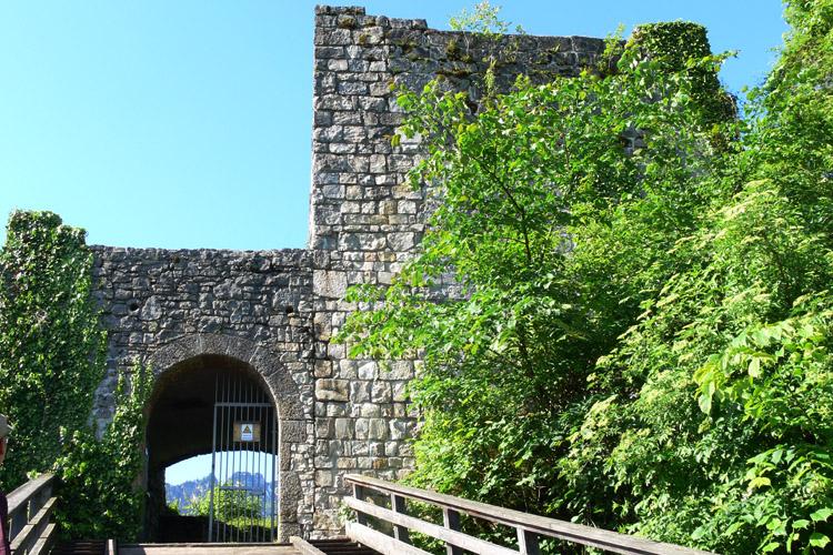 Plainburg: romanischer Torturm (rechts) und die spätgotische Torhalle (links)