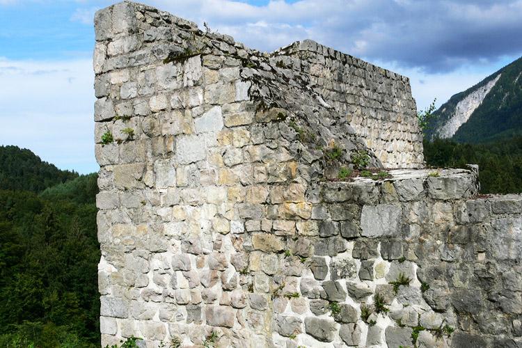 Plainburg: Nordecke des romanischen Torturms