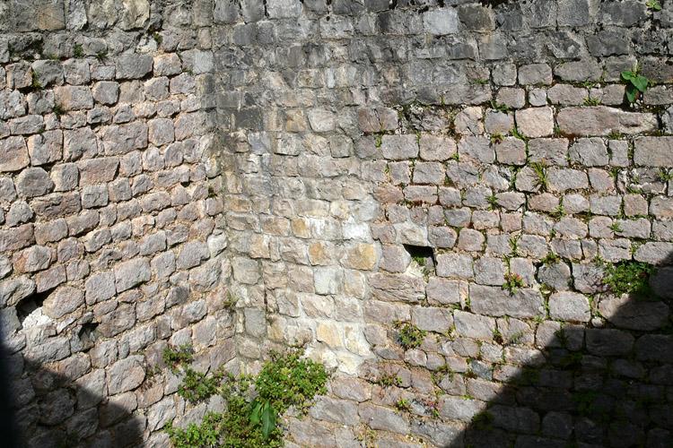 Innenecke des romanischen Torturms