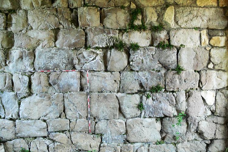 Plainburg: Mauerwerk des romanischen Torturms