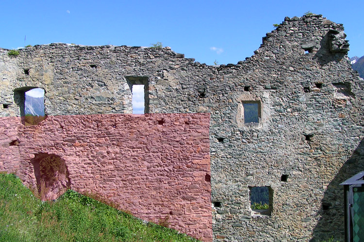 Rabenstein-Virgen: Fassade des Osttraktes, die frühere bauphase ist rot eingefärbt.