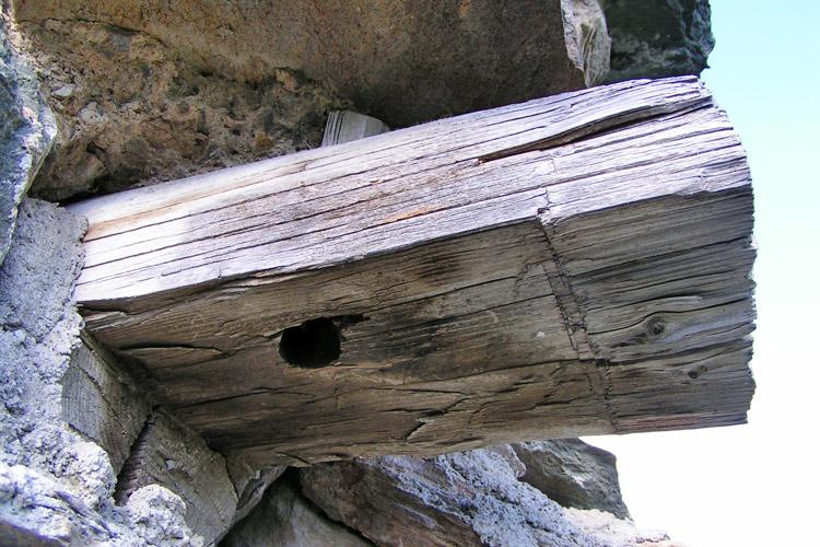 Rabenstein-Virgen: überkämmte Eckverbindung am Maueranker am Turm der Vorburg