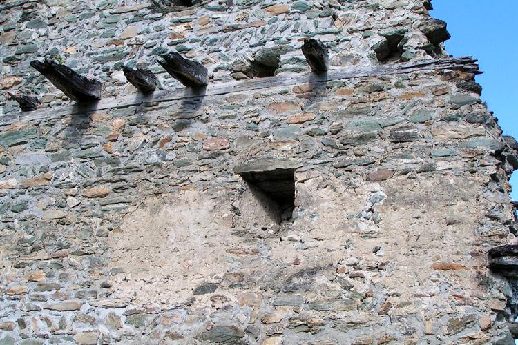 Rabenstein-Virgen: Mauerwerk und Deckenkonstruktion am Vorburg-Turm