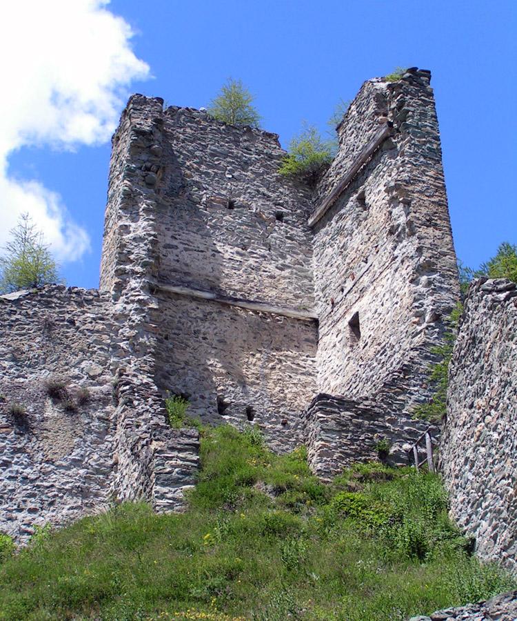 Rabenstein-Virgen: der Bergfried an der höchsten Stelle des Burgfelsens, mit den anschliessenden Ringmauerstücken