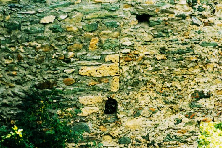 Rabenstein-Virgen: Baufuge zwischen Torhalle (links) und dem älteren Trakt (rechts)