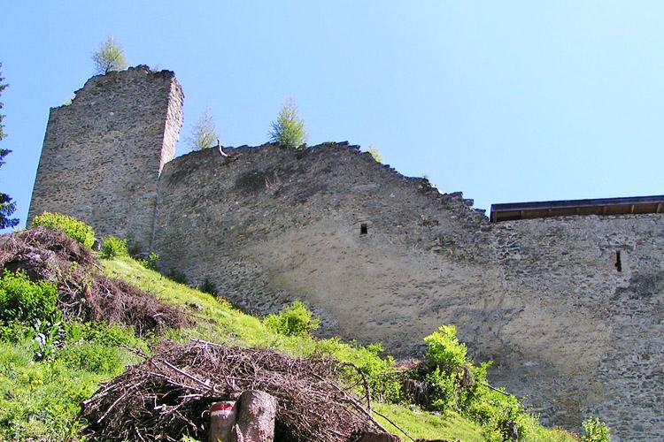 Rabenstein-Virgen: von links nach rechts: Bergfried, westliche Ringmauer, Pfaffenstöckl