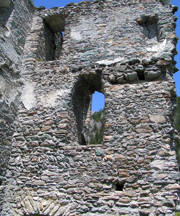 Rabenstein-Virgen: Ostseite der Torhalle. die Schmalseite eines älteren Gebäudes