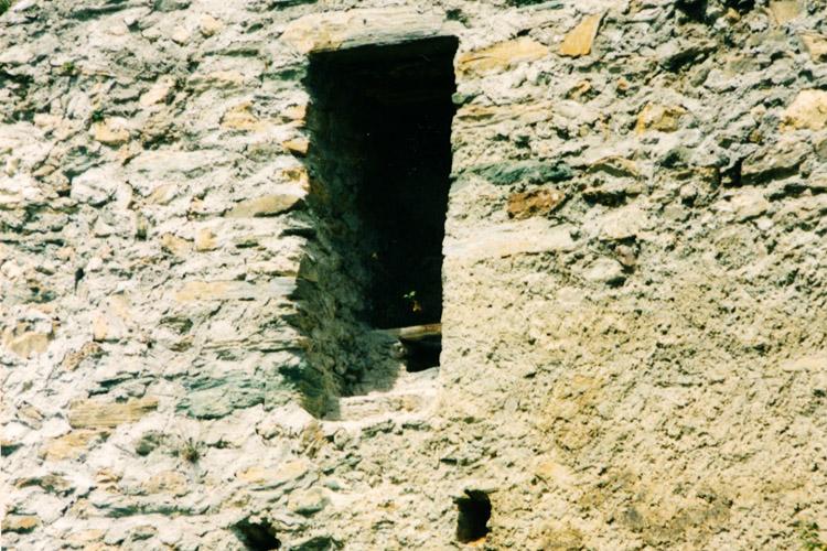 Rabenstein-Virgen: Abtritt in der Mauerstärke der Ringmauer