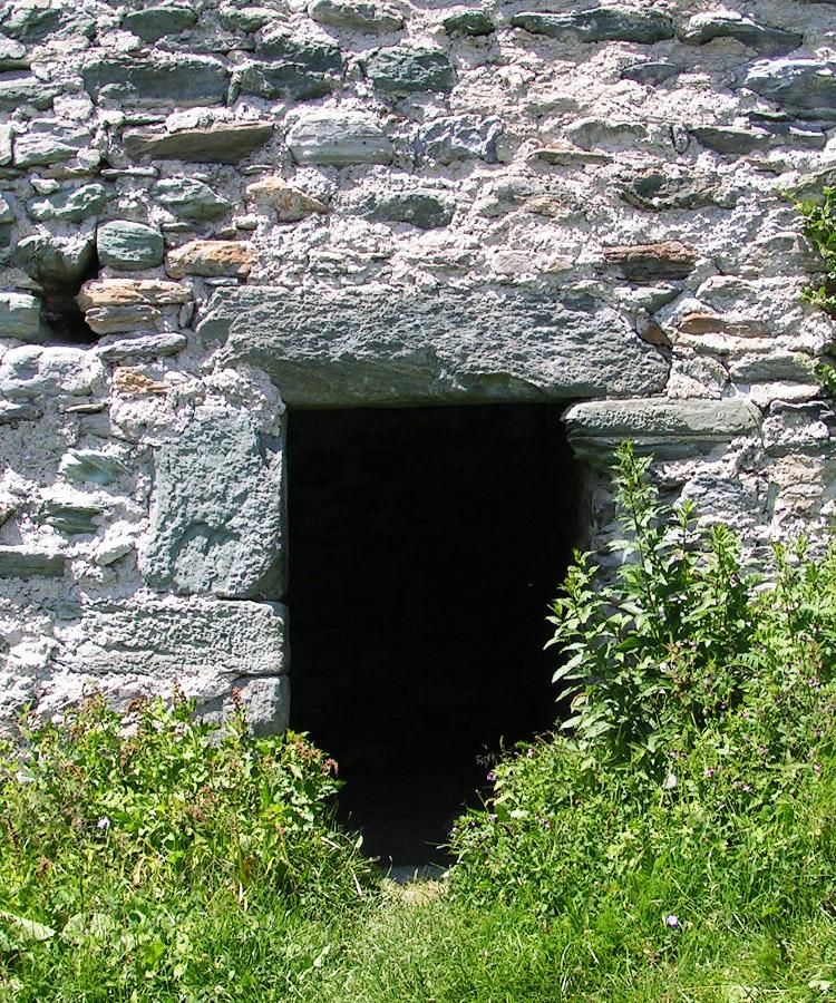 Rabenstein-Virgen, Pfaffenstöckl: Die im Erdgeschoss gelegene Türe zum Wohnturm