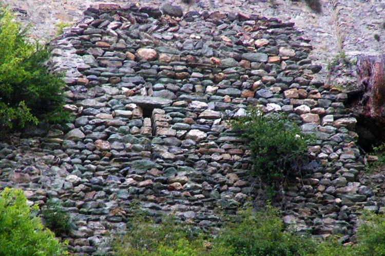 Rabenstein-Virgen: Ringmauerstück an der Ostseite.