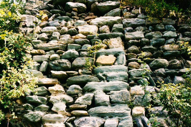 Rabenstein-Virgen: Ringmauerrest an der südlichen Ringmauer, Ecke des romanischen Palas