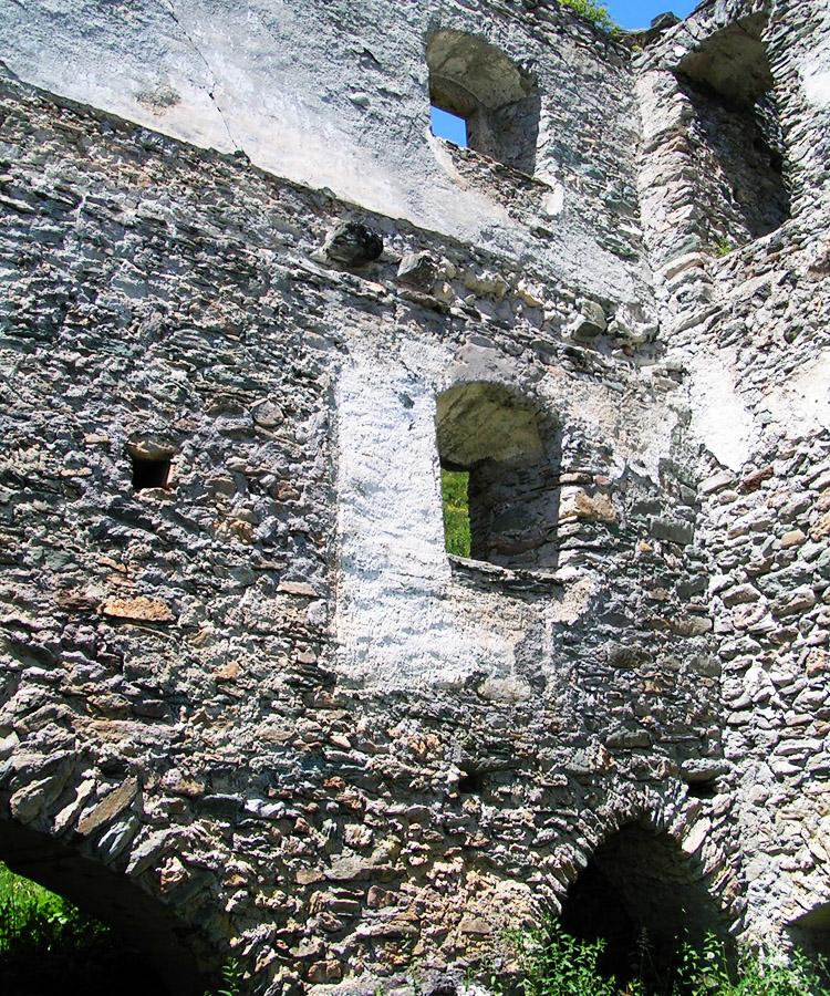Rabenstein-Virgen: Die stark verschüttete Torhalle mit den beiden Bogenöffnungen zum Burghof