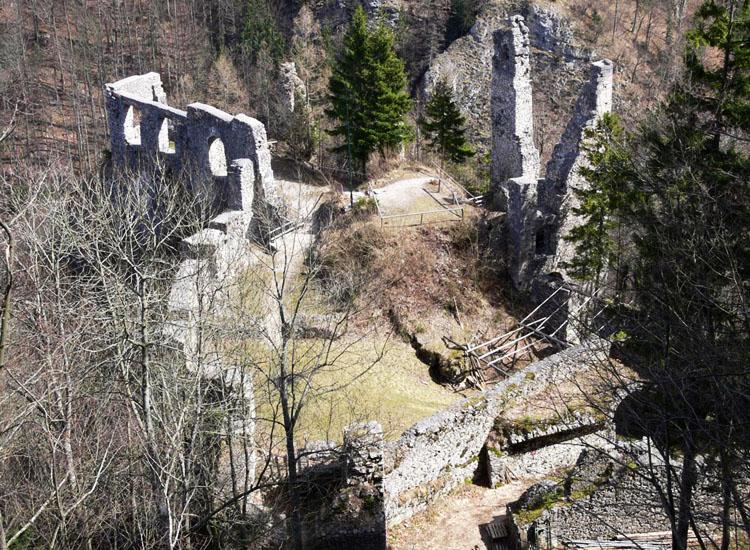 Blick vom Mitterturm auf die Burg Scharnstein.