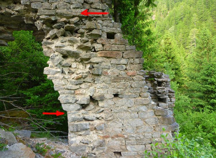 Sonnenburg Foto 3, die Pfeile markieren die Höhe der mit dem torturm verzahnten Zwingermauer (oben) und die Lage Kante des innener Burgtores, das vom Torturm in den Zwinger führt