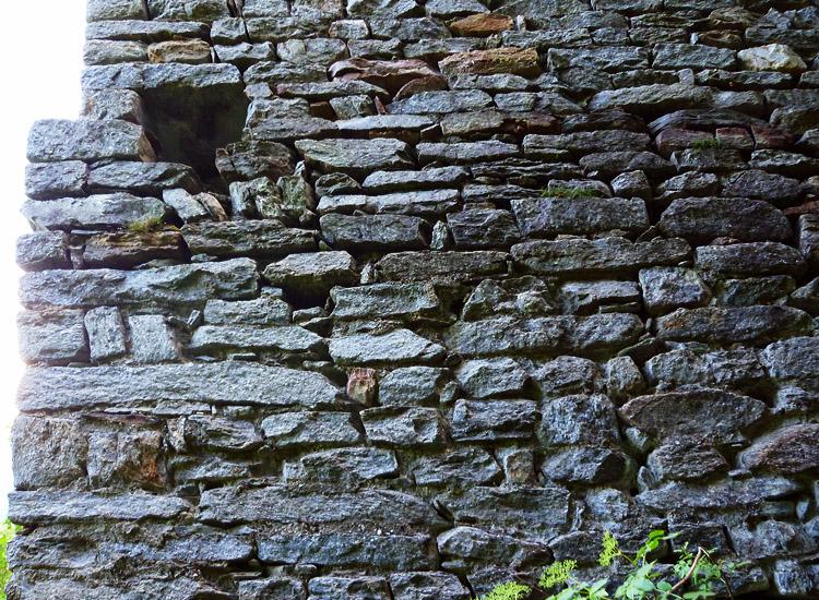 Sonnenburg: Foto 4: Mauerwerk an der Außenseite des Torturms