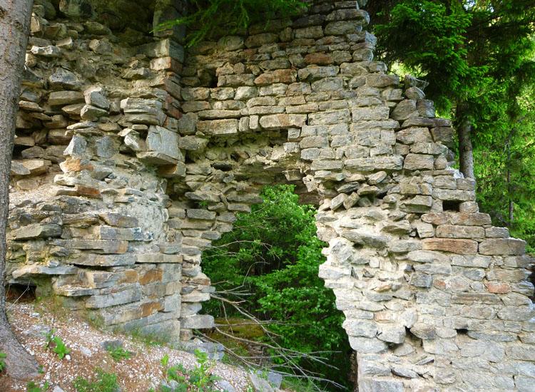 Sonnenburg: Foto 6:links der Wohnturm, rechts Torzwinger und inneres Tor
